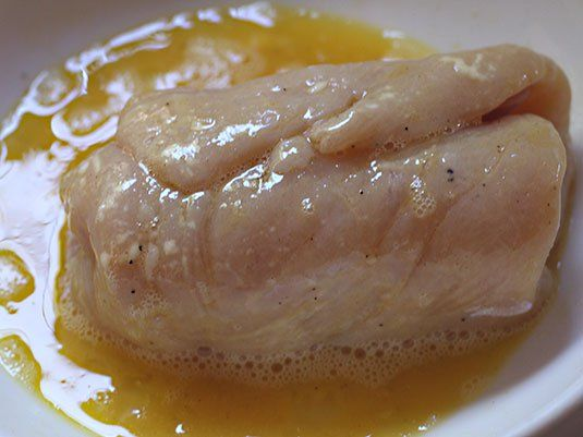 Una receta clásica maravillosa! Para prepararla solo hay que seguir el paso a paso. Va adobada con mostaza, sal y pimienta y rellena con queso y jamón. Se pasa por huevo, se rebosa en miga de pan, se fríe y se temina en el horno, les va a encantar!…