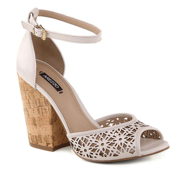 Sandália de couro com salto em cortiça.