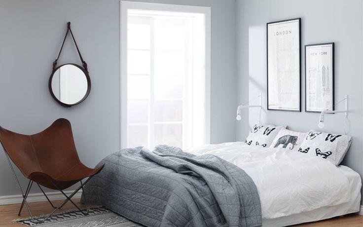Ett sovrum från programmet Bygglov.Färgerna som användes är Grå väggfärg: Supertäck 7, matt väggfärg i kulör NCS S3502-Y. -Caparol