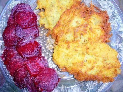 chrumkavé zemiakové placky s pečenou cviklou