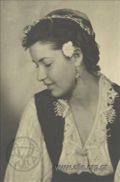 Εορτασμοί της 4ης Αυγούστου: γυναίκα με παραδοσιακή ενδυμασία της Σάμου.1937. Nelly's (Σεραϊδάρη Έλλη)