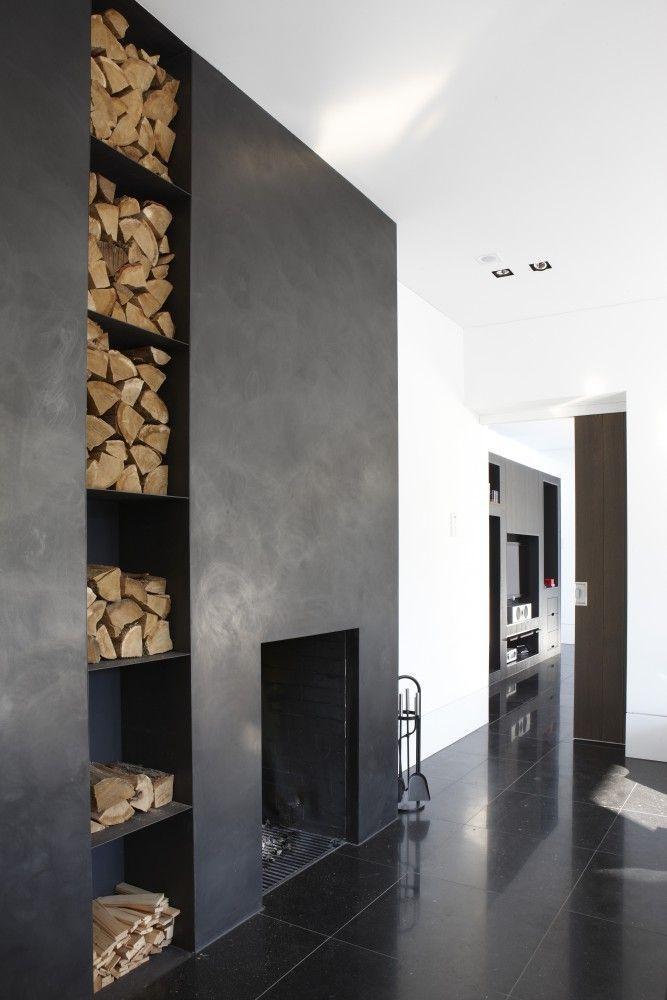 El bloque de la chimenea es de piso a techo, y se lo distingue por un tono oscuro. El área de fuego al ras del piso, y en su lateral una estantería de chapa para el guardado de la leña. MVC arquitecta