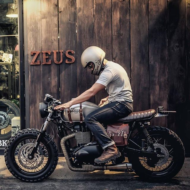 Triumph Mad Max of Zeus Custom. The little leather tool pouch airbox cover! – Christian Scheel