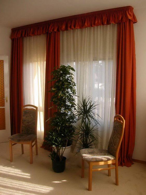 Hálószoba – szablé fényáteresztő függönnyel és szatén sötétítő függönnyel, 2,5x–es ráncolású drapéria díszítéssel