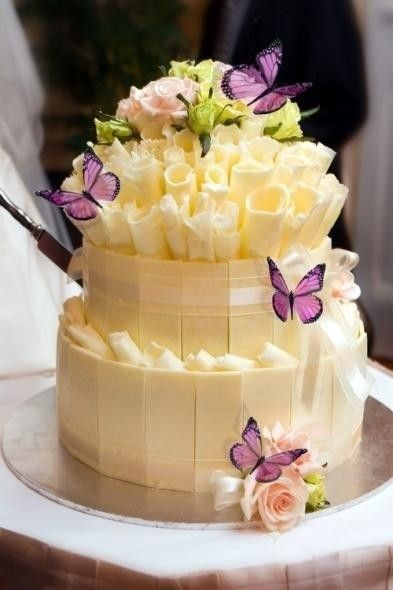 White Chocolate cake - who would want to cut into this.....it's too pretty to ruin~