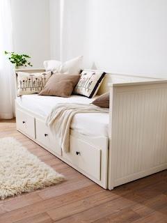 Ikea daybed, könnte im wohnzimmer 2 mal so aussehen. Auf jeden Fall mit vielen Kissen & Decke dekorieren