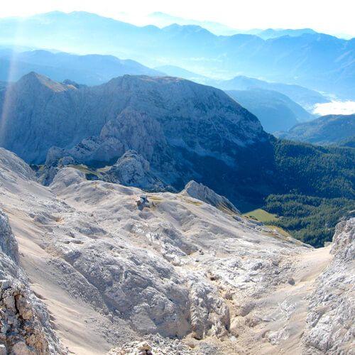 Op Pad, een van de meest toonaangevende Nederlandse outdoor mediaplatforms, heeft een wandelroute in het nationale park Triglav in Slovenië op de eerste plek gezet van een top 10 van wandelroutes in de Alpen. / www.mijnslovenie.com/sloveense-wandeling-in-alpen-oppad/ @MijnSlovenie / #wandelen #Alpen