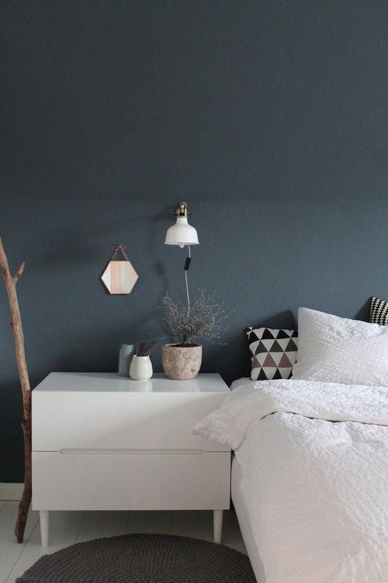 Schlafzimmer, blau-graue Wand