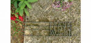 Frank Lloyd Wright A la edad de 91 años este gran icono de la arquitectura falleció el 9 de Abril de 1959 en Phoenix, Arizona, la causa de su muerte fue por complicaciones quirúgircas, el primer lugar donde estuvieron sus restos fue en Unity Chapel Taliesin, Wisconsin, la cual tenía una gran piedra en bruto, tipografía art decó de herrería y un jardín circular a sualrededor. Posteriormente en 1985 sus restos fueron retirados del lugar para poder incinerarlos junto con los de su esposa, sus…