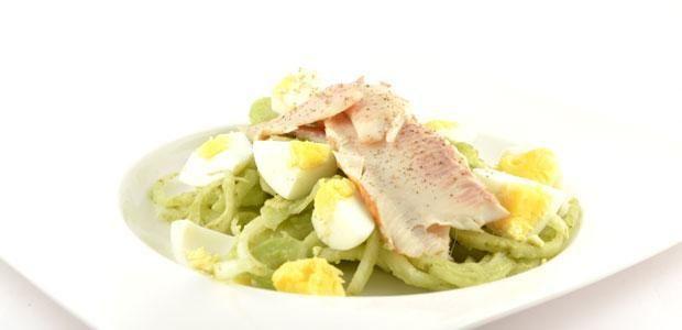 Het venkel salade met gerookte forelreceptOver de venkel salade met gerookte forel De venkel salade met gerookte forel is niet alleen erg snel te maken en een super lekker gerecht, het is ook nog eens een mooie bijdrage aan Omega-3 vetten. Dit door de gerookte forel, die valt onder een vette vis.De tip is, eet