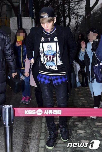 150116 Jonghyun по пути на Music Bank. Full:https://pbs.twimg.com/media/B7by7lFCIAEkoyA.jpg
