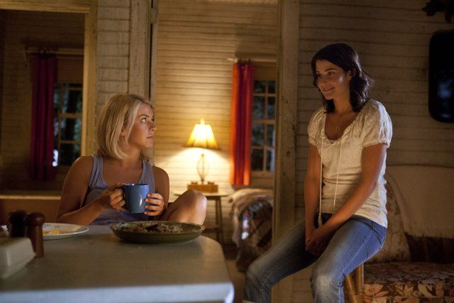 Still of Cobie Smulders and Julianne Hough in Safe Haven