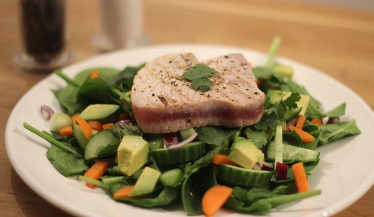 Deze Aziatische spinaziesalade met gegrilde tonijn is lekker licht, bevat veel groenten en is heel smaakvol.