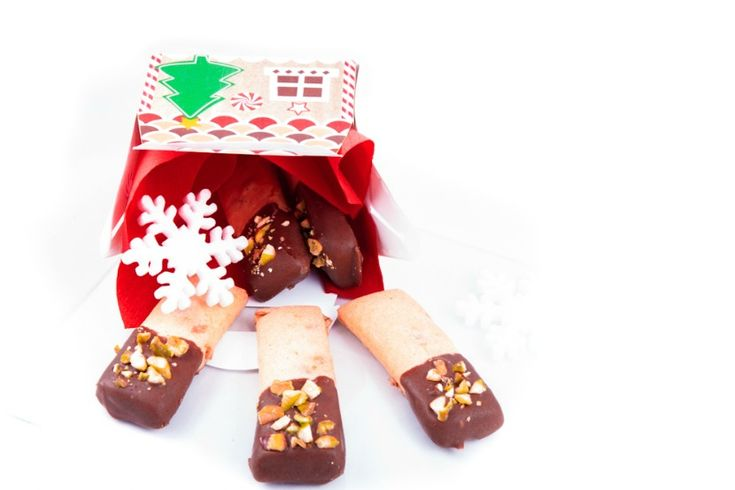 Oggi vi propongo i biscotti croccanti cioccolato e pistacchi, semplici ma deliziosi, da regalare impacchettati nella casetta di marzapane!