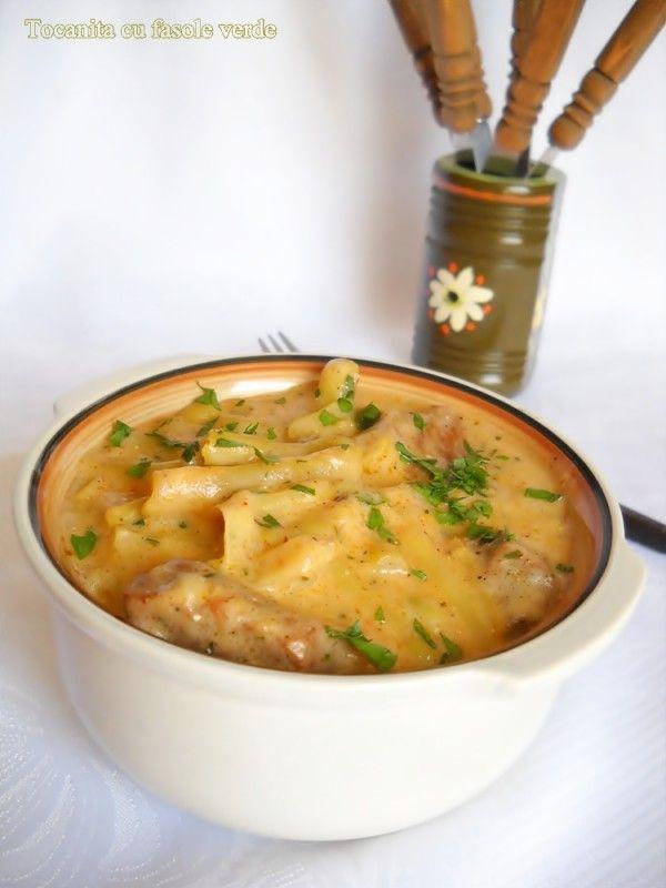 Ingrediente: 400 gr pulpa porc, 2 bucati ceapa, 1 ardei gras, 3 rosii decojite, sare, piper, 1 lingurita boia dulce, 500 g fasole verde(pastai), 450 g smantana, 2 linguri faina, 1/2 legatura patrunjel verde, 6 linguri ulei, Preparare: Portionam carnea de porc in cubulete de marime potrivita. Curatam ceapa si o taiem marunt , la