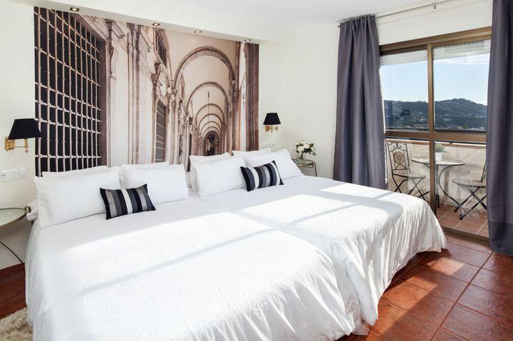Idea muy original en habitación de hotel rural con vistas a la montaña: Papel pintado trampantojo a modo de cabecero de la cama.