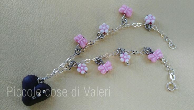 Braccialetto con cuore viola, strass e perline rosa a forma di fiore e farfalla