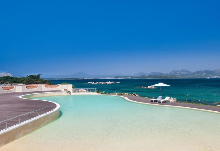 THe swimming pool of the Hotel Cala Cuncheddi in Sardinia / Piscina dell'Hotel Cala Cuncheddi in Sardegna