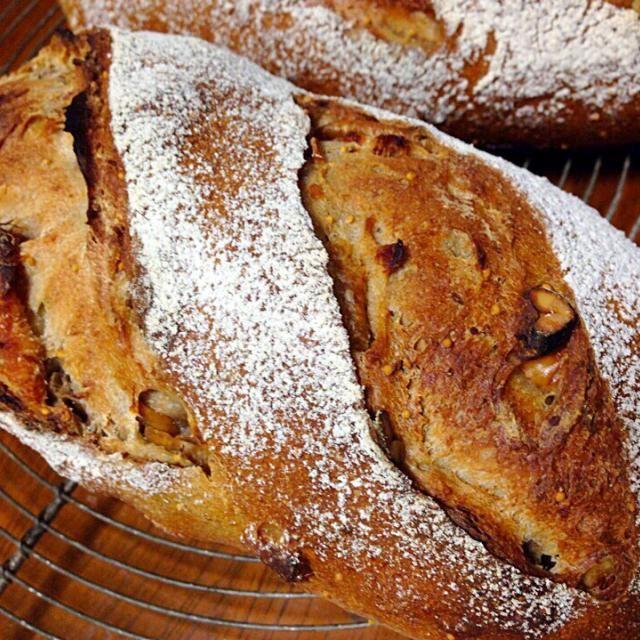 いちじくとクルミは鉄板ですね。 全粒粉やライ麦が入って、油脂入れていないのですが、いちじく効果で柔らかいです。 - 56件のもぐもぐ - いちじくとクルミのパン by Masami Sugimoto