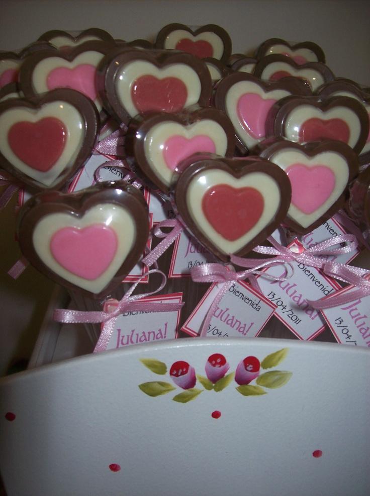 Corazones triples de chocolate para nacimiento en cunita de madera de Palermo Dulce chocolates de Capital Federal