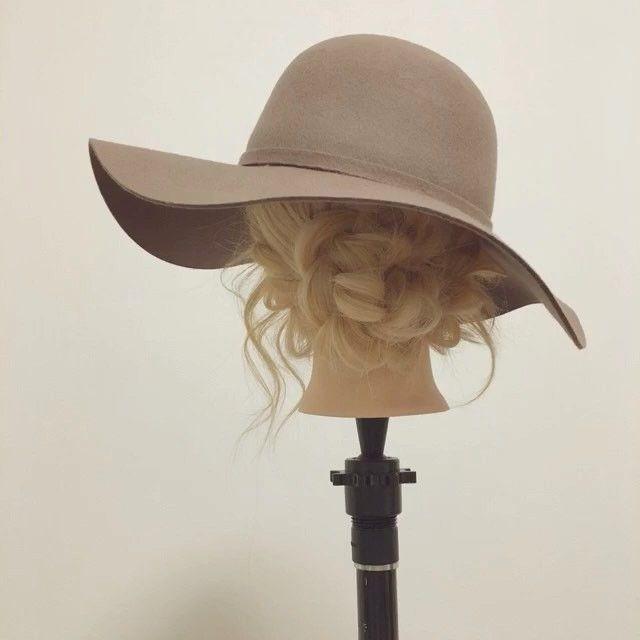 【つば広ハット&女優帽にピッタリ♪シニヨンアレンジ動画&解説(ロング編)】 1、後ろと横に分けて、後ろの髪を三つ編みします。 2、1の三つ編みを丸めてシニヨンにしてピン止め。 3、横の髪をタイトロープ(ねじりでもOK)して、クロスしてピン止め。 4、顔周りを巻いて、全体をルーズにほぐしたら完成。  この秋冬トレンドアイテム、つば広ハット&女優帽にピッタリのシニヨンアレンジ♪ シニヨンを低めに設定して帽子を被った時に、アレンジが見え易い様にしましょう^ - ^  #つば広ハット #つば広帽 #女優帽 #お洒落  #お洒落さんと繋がりたい  #アレンジ #簡単アレンジ #セルフアレンジ #ヘアアレンジ  #帽子 #帽子アレンジ  #秋 #秋冬 #三つ編み #ヘアアレンジ解説 #アレンジ解説 #ヘアアレンジ動画  #アレンジ動画 #簡単 #やり方 #愛媛 #愛媛県松山市 #松山#松山市 #松山市美容室  #松山市ヘアアレンジ  #ロカリヘアアレンジ #mery_hair_arrange  #MERY  #ミズノ流アレンジ