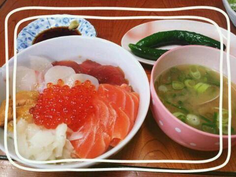 具→いくら、醤油とみりんに漬けたまぐろ、えんがわ、サーモン、うに、ホタテ、鯛 - 5件のもぐもぐ - 海鮮丼とあさりの味噌汁 by fuuu0725