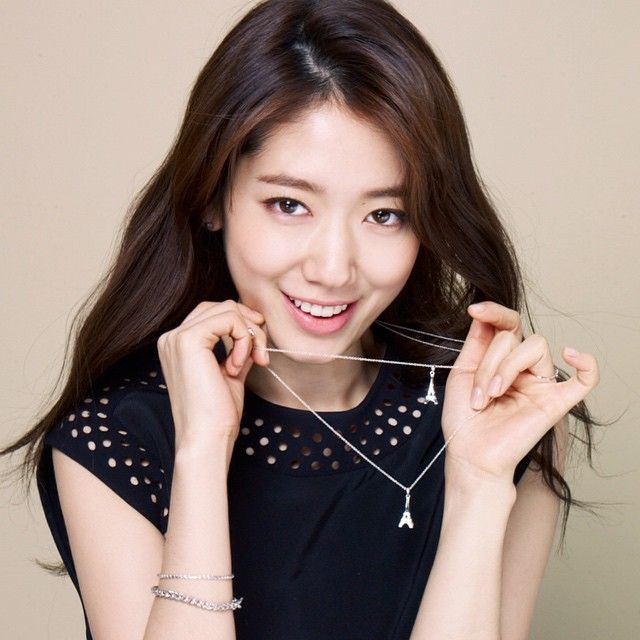 Korean Actress Park Shin Hye and her AGATHA Paris Eiffel Tower necklaces > bit.ly/towereiffel  #AGATHAParis #EiffelTower #ParkShinHye