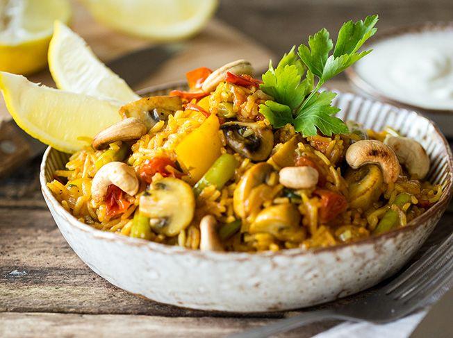 Bunte Gemüse-Paella mit gerösteten Cashewkernen