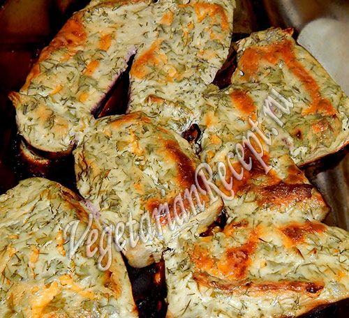 Очень вкусное блюдо - баклажаны, запеченные с сыром в духовке! При этом невероятно просто готовится.