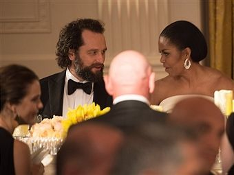 US First Lady Michelle Obama chats with actor Matthew Rhys during a state dinner in honor of Singapore's Prime Minister Lee Hsien Loong at the White House in Washington, DC, on August 2, 2016. / AFP / NICHOLAS
