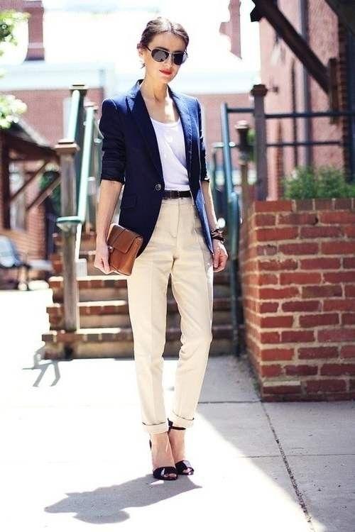 Девушка в бежевых брюках и синем пиджаке