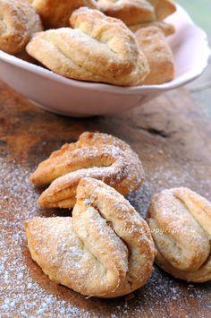 Biscotti alla ricotta con nocciole, ricetta facile e veloce, biscotti senza zucchero, dolci semplici profumati all'arancia, con frutta secca, impasto morbido