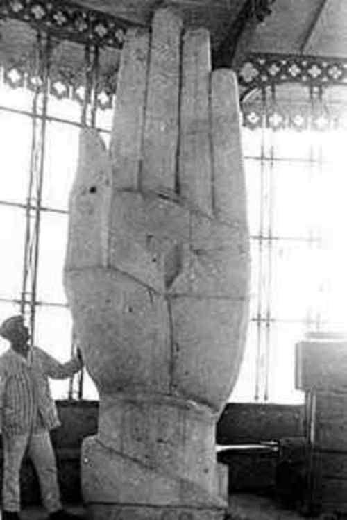 Uma das mãos do Cristo Redentor ainda em construção. Anos de 1920.