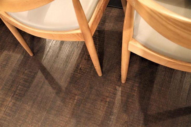 Sklepní salonek v restauraci Mincovna s vinylovou podlahou Simplay Wood Mystique s dekorem tmavého katrovaného dřeva. / Historical cellar with vinyl flooring Simplay Wood Mystique by Objectflor with sawn wood decor. http://www.bocapraha.cz/cs/reference-detail/93/restaurace-mincovna-praha/