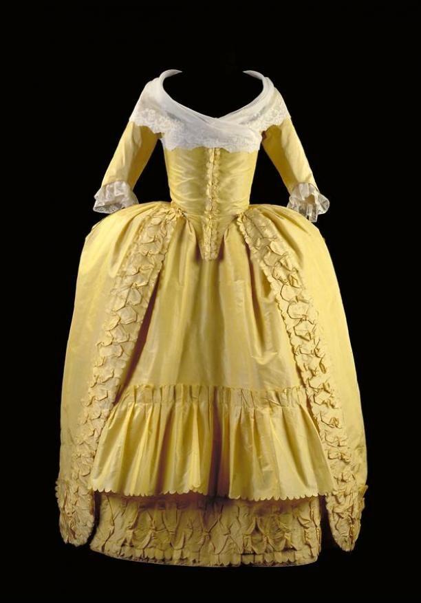 Robe à l'anglaise, bestaande uit overkleed en rok van felgele tafzijde met garnering van bouillons, gedragen à la polonaise | Modemuze