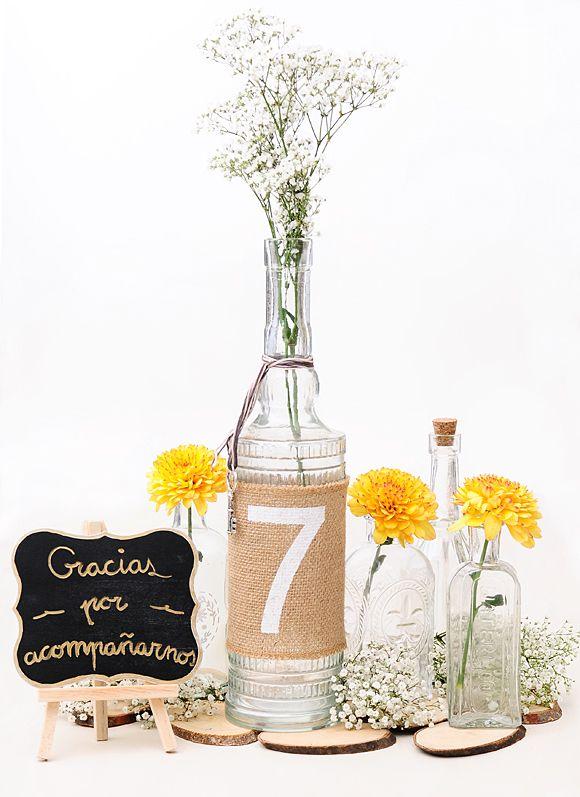 Centros de mesa DIY - Botellas de cristal #diywedding #centrosmesa #centrepieces #weddingdecor