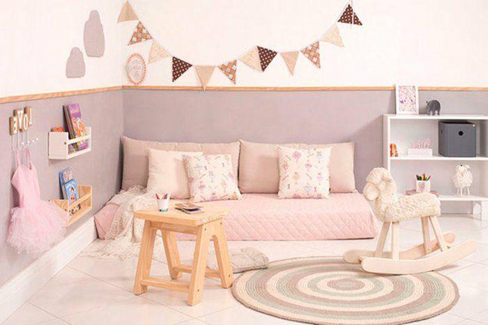 idée comment aménager une chambre petite fille, carrelage, tapis rond multicolore, matelas rose, coussins, meuble de rangement bas, mur couleur blanche et grise, guirlande à fanions, lit bébé montessori