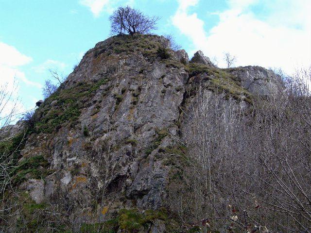 Y a t il un château sur ce rocher en bordure du village de Belcaire ?