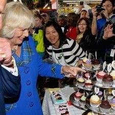 HALIFAX - De Britse prins Charles en zijn echtgenote Camilla stuitten op hun reis door Canada op een zoete verrassing. Op een markt in Halifax in de provincie Nova Scotia lagen cupcakes met hun eigen afbeeldingen voor ze klaar. De makers hadden tal van varianten gemaakt van de lekkernijen.