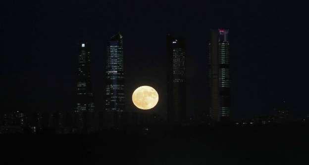 La superluna entre las cuatro torres de la Castellana, fotografiada desde Aravaca, Madrid. - Uly Martín