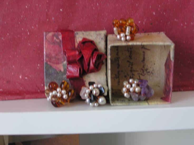anelli di filo di rame e perline. Scatolina con rosa di carta (Cristina)