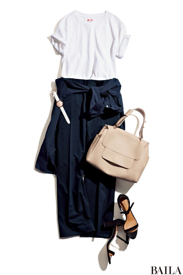 一日中座り仕事の日は、パンツ×Tシャツで楽ちんに。クーラーで冷える社内でも安心して仕事ができるように、羽織れるシャツを腰巻きしましょう。きちんと感が高いネイビーのシャツなら、Tシャツのラフ感を打ち消してくれて便利。足もとはきれいめサンダルをプラスして、女っぽさを底上げして。 シャ・・・
