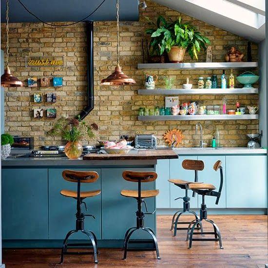 #cocinaconestilopropio: pared de ladrillo visto, taburetes y lámparas industriales, estanterías y encimera de acero = estilo industrial.
