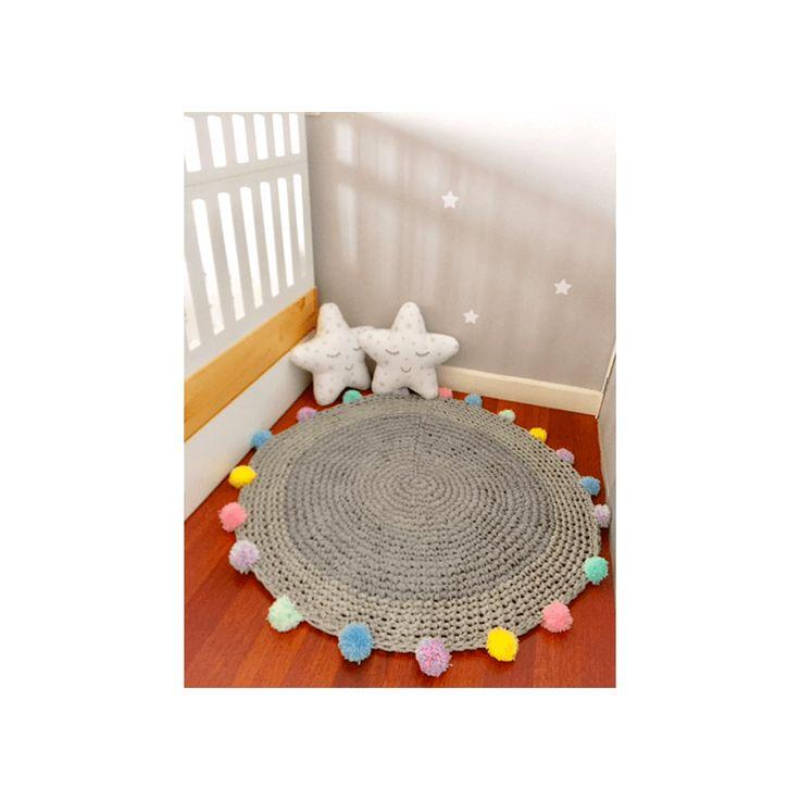 Hermosa alfombra en color gris alborada en trapillo con pompones color pastel, ideal para decorar el cuarto de nuestro niño o niña, o para cualquier espacio de tu hogar, los colores son de acuerdo a la disponibilidad.