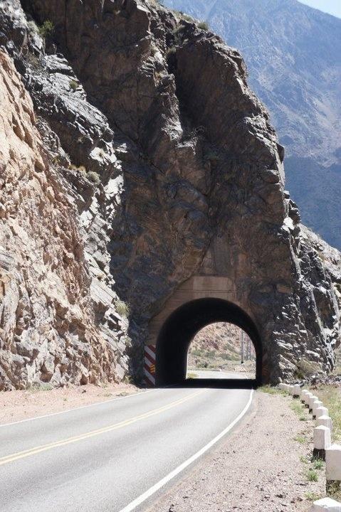 Los Tuneles en el camino a la Alta Montaña, en la provincia de  Mendoza, Argentina.