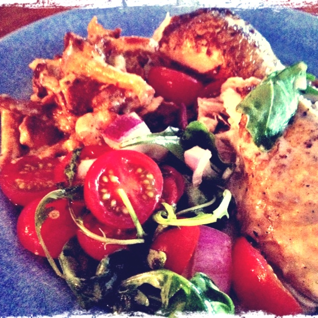 Lchf dinner today: Old style baked chicken with tomato/onionsallad, chanterelles, and cream sauce. OMG!! Sooo goood!