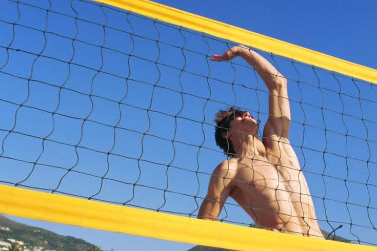¿Cuáles son las dimensiones de una cancha de voleibol de tamaño olímpico?. Una cancha de voleibol de playa consta de un terreno de juego rodeado de una zona libre. El tamaño de la cancha para la versión de playa al aire libre del juego es de 16 por 8 metros, que es aproximadamente 52,5 por 26 pies. ...