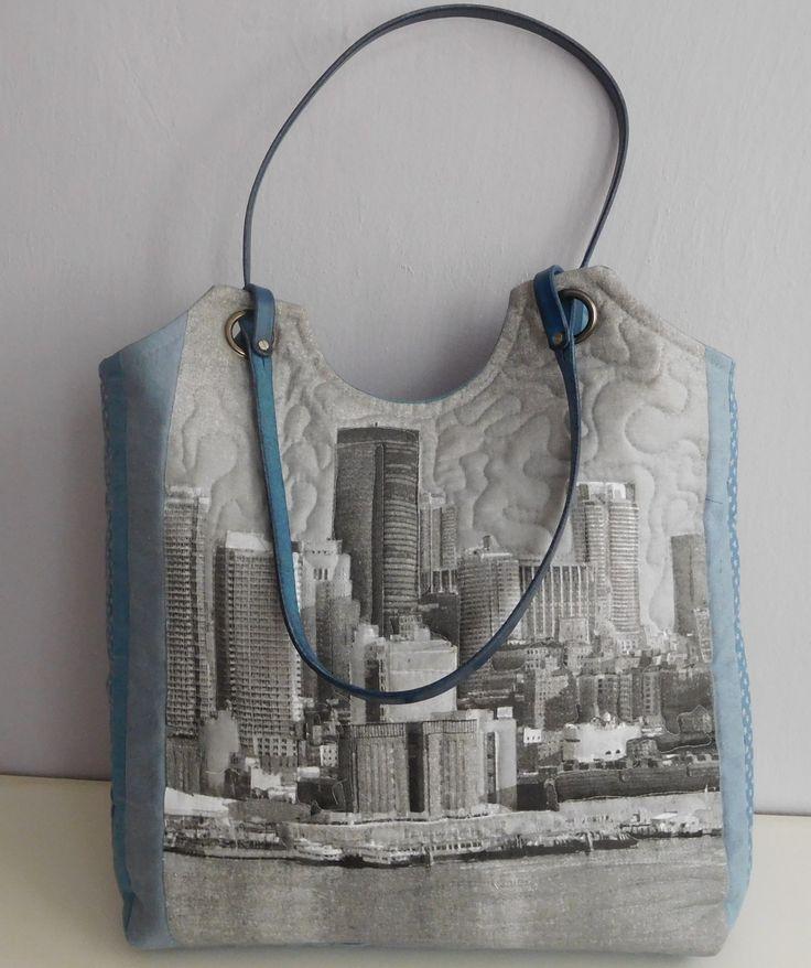 NEW+YORK+-+taška+Další+NEOPAKOVATELNÁ+taška+z+mé+dílny+je+ušitá+z+bavlny+a+lnu+v+modrošedé+kombinaci+s+koženými+uchy.+Základ+tašky+tvoří+třívrstvý,+plastický+blok+-+(+horní+vrstva-+patchwork,+vatelín+a+podšívka+spolu+prošívaný).+Přední+strana+je+bavlněná+s+potiskem+New+Yorku+prošívaná+volným+quiltováním,+zadní+strana+a+dno+je+z+modošedého+lnu+s...