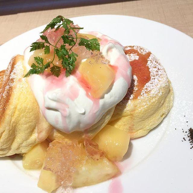 初幸せのパンケーキ✨ 男性1人も結構いるらしいw  桃とローズジュレのパンケーキ🥞  桃の甘みとローズジュレの香りと控えめな甘みがうまくマッチ🎶 ここはとにかくパンケーキが卵の黄身の味が濃厚!! ふわふわだしとっても美味しい!😋👍 とてつもないスピードで食べきったw  #グルメ #ディナー #ランチ #スイーツ #デザート #肉 #魚 #フレンチ #イタリアン #レストラン #japan #焼肉 #焼鳥 #鍋 #お酒 #カクテル #lunch #渋谷 #恵比寿 #表参道 #カフェ #コーヒー #ピザ #原宿 #ネコ #ネコカフェ #ディズニー #パンケーキ #幸せのパンケーキ