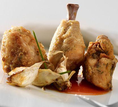 2 pollos medianos Zumo de 1 limón Perejil picado 2 cucharillas de café de salsa de soja 3 cucharillas de café de salsa tabasco Harina y sal 8 dientes de ajo Aceite de oliva para freír